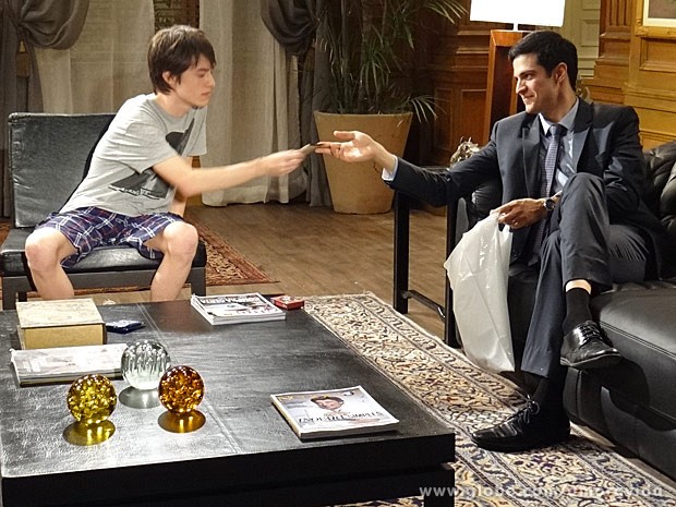 Félix entrega preservativos ao filho (Foto: Amor à Vida / TV Globo)