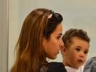 Wanessa embarca no Rio acompanhada do filho