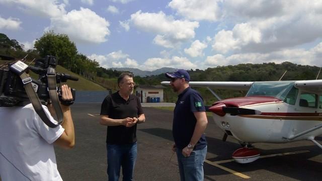 Valther Ostermann mostra que a cidade tem uma escola de aviação (Foto: Vanessa Moltini/RBS TV)