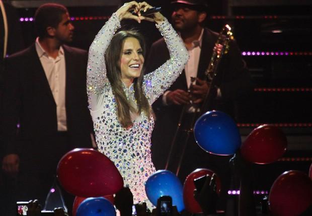 Ivete faz coração com as mãos para os fãs (Foto: Manuela Scarpa/Foto Rio News)
