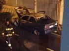 Carro pega fogo em Jacareí, SP