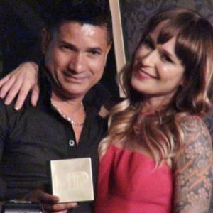 Ed Júnior ao lado da apresentadora do Sexyhot Bianca Jahara com o prêmio de melhor ator do Pip (Foto: Gustavo Petró/G1)