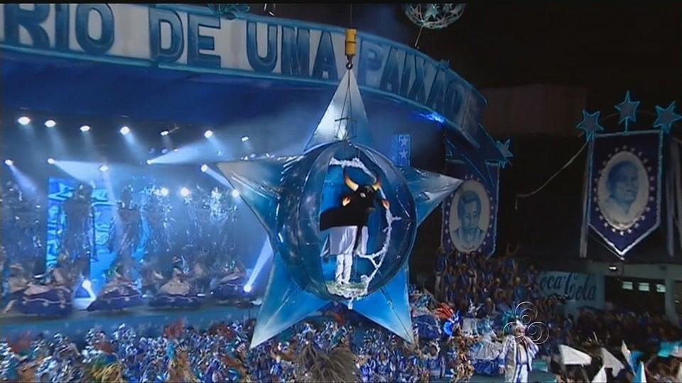 O centenário boi azul surgiu do alto de dentro de uma estrela cadente para o delírio da galera (Foto: Bom dia Amazônia)