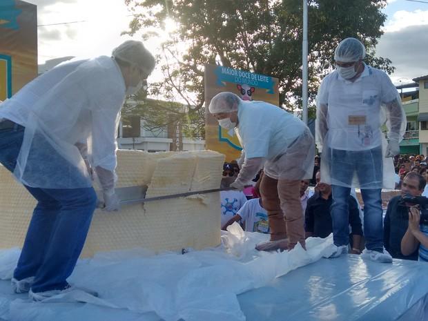 Prefeito de Ipanema, Júlio Fontoura e secretário de defesa social, Bernardo Santana cortaram o primeiro pedaço do queijo. (Foto: Diego Souza/G1)