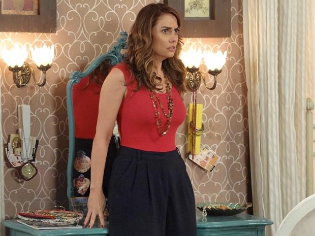 A mãe da Gaby fica chocada com invasão no seu quarto (Foto: Rodrigo Brisolla / Gshow)
