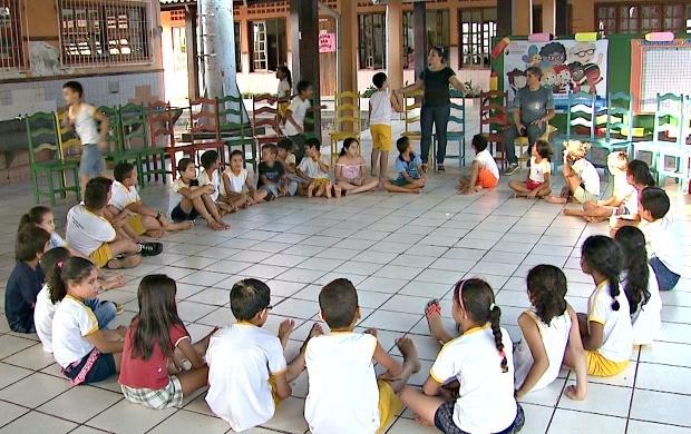 Alunos participam do projeto que envolve a educação emocional e social através da meditação (Foto: Bom Dia Amazônia)