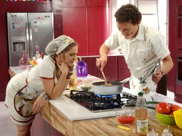 Naldo usa todo seu talento culinário e Socorro só olha (Foto: Cheias de Charme / TV Globo)