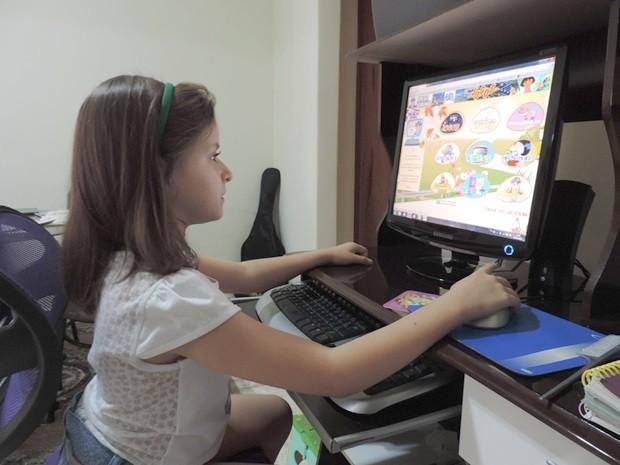 Menina disponibiliza conteúdo educativo com ajuda dos pais (Foto: Alan Schneider/G1)