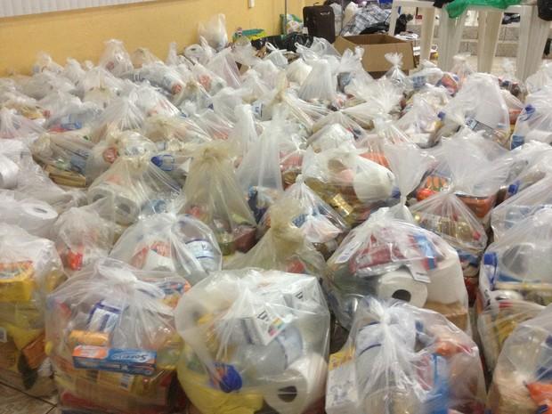 Cerca de 500 cestas básicas devem ser arrecadadas até o final desta semana. (Foto: Suzi Rocha/G1)