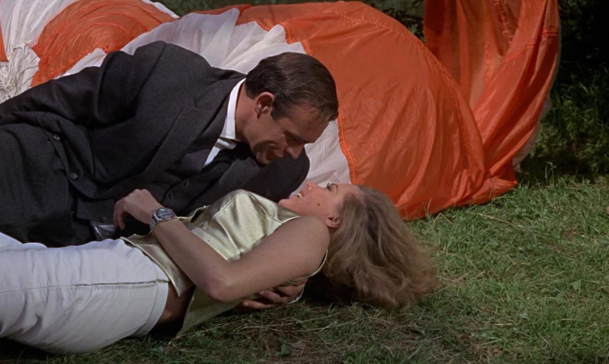 Em cena de 007 contra Goldfinger, James Bond (Sean Connery) e Pussy Galore (Honor Blackman) se beijam (Foto: reprodução)