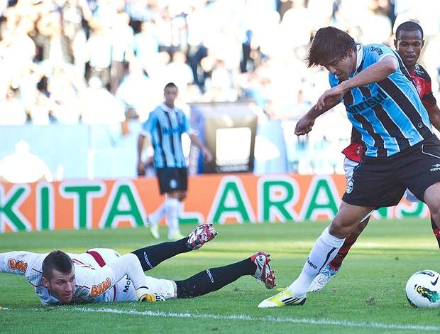 Marcelo Moreno marca gol em Paulo Victor do Flamengo (Foto: Ag. Estado)