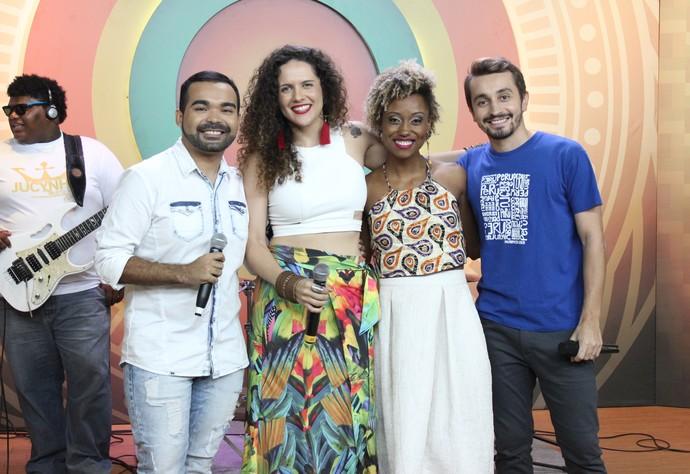 Marcia Novo se diverte ao lado dos apresentadores (Foto: Katiúscia Monteiro/ Rede Amazônica)