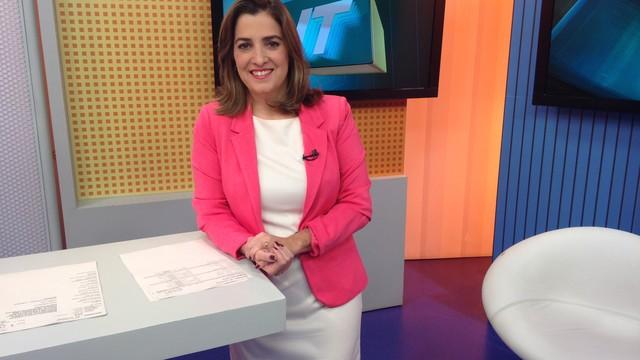 Melissa Paiva apresentando o Jornal da Tribuna 2ª edição em homenagem ao #OutubroRosaTVTribuna (Foto: Priscila Martinez)
