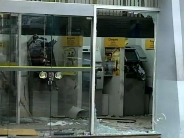 Dois caixas automáticos foram explodidos por criminosos em Itaporanga (SP). (Foto: Reprodução/TV Tem)