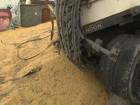 Caminhão com soja tomba e bloqueia rua de Águas Claras, em Salvador