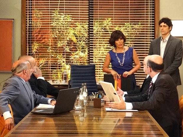 Roberta desafia os diretores da Positano por Nando (Foto: Guerra dos Sexos / TV Globo)