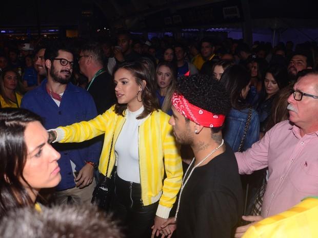 Bruna Marquezine e Neymar em show em São Paulo (Foto: Eduardo Martins/ Ag. News)
