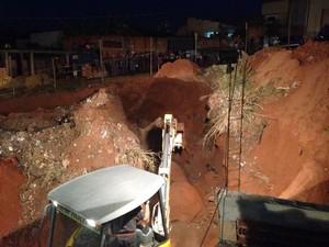 Máquina da prefeitura foi usada na tentativa de resgate  (Foto: Antonio Marcos Veraldo Jr)