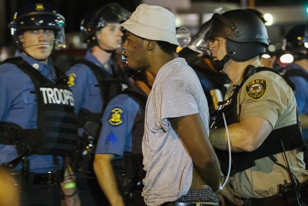 Manifestante é preso durnte protesto em Ferguson, no Missouri (Foto: Lucas Jackson/ Reuters)