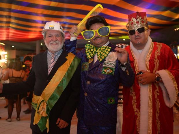 O ex-presidente Lula foi homenageado por folião e aproveita para posar com o personagem Zé Bonitinho (Foto: Luka Santos / G1)