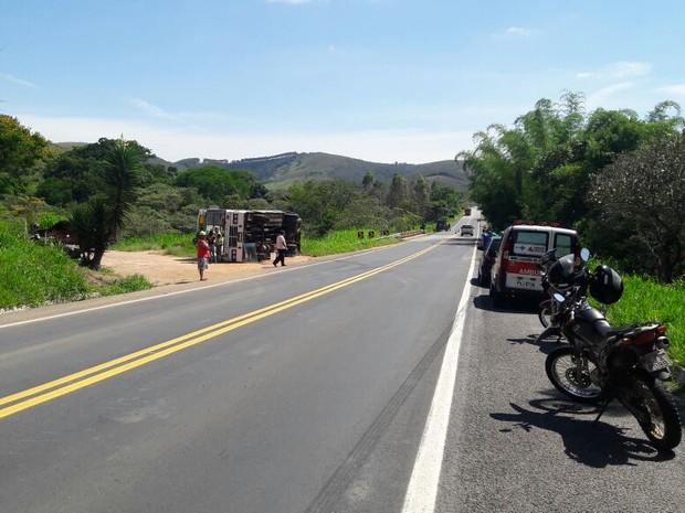 ambos veículos tombaram, mas o trânist não foi interrompido no local (Foto: Manoela Borges/EPTV)