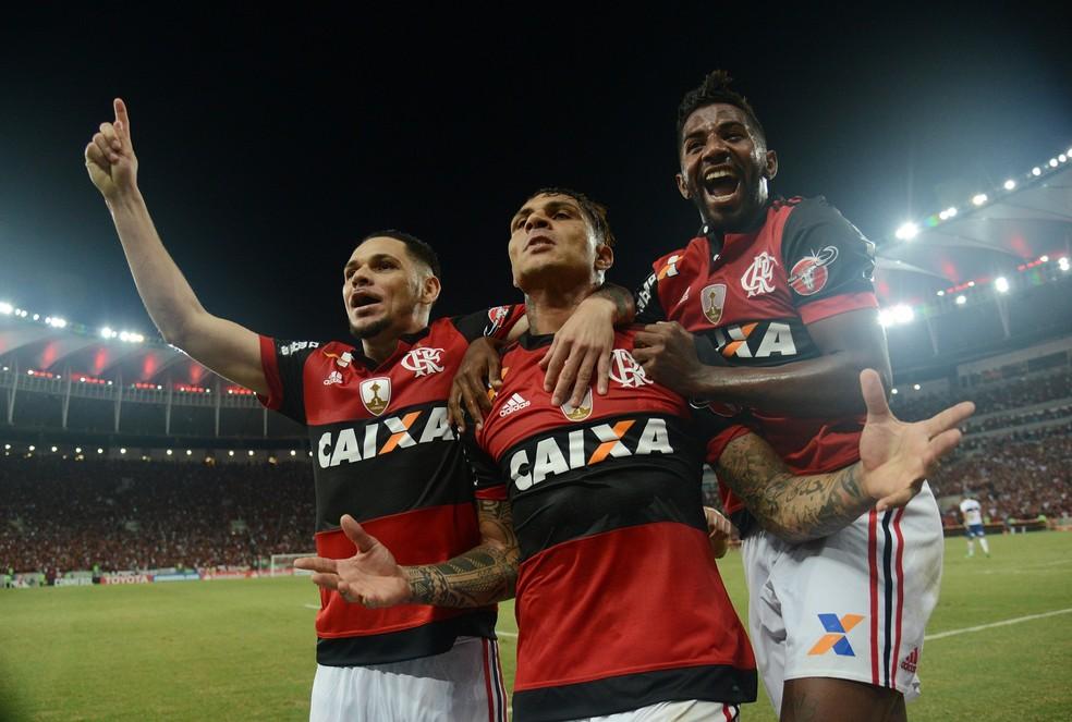 Pará, Guerrero e Rodinei festejam gol do Flamengo no Maracanã (Foto: André Durão / GloboEsporte.com)
