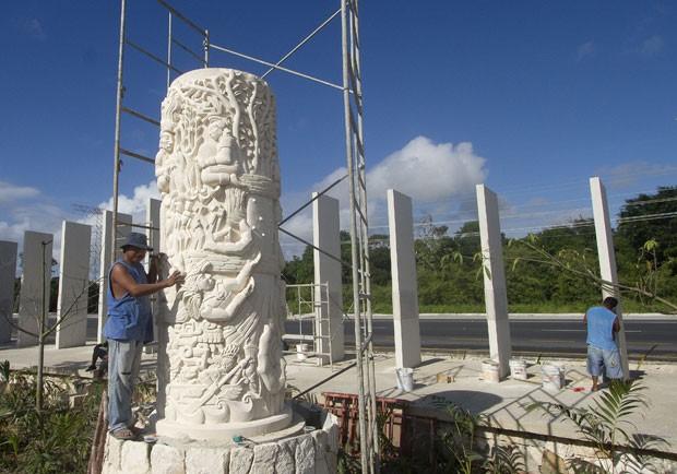 Coluna foi feita no estilo das antigas estelas maias. (Foto: AFP)