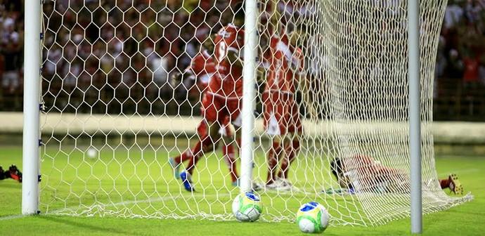 Daniel Marques machuca a cabeça no lance do gol regatiano (Foto: Ailton Cruz/ Gazeta de Alagoas)