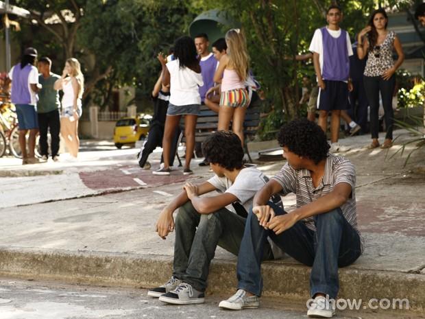 Guilherme e Paulino chateados por não ganharem a atenção das garotas  (Foto: Inácio Morais / TV Globo)