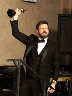 Ben Affleck agradece o Oscar de melhor filme  (Foto: AP)
