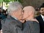 Patrick Stewart beija o amigo Sir Ian McKellen em estreia de filme