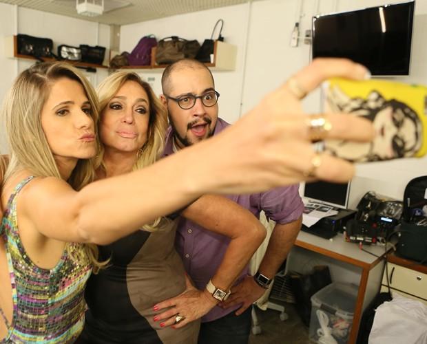 Ingrid, Susana e Tiago fazem selfie nos bastidores  (Foto: Isabella Pinheiro/Gshow)
