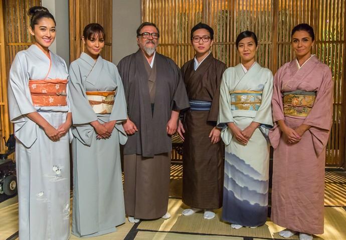 Os atores que compõem a família Tanaka posam em trajes típicos (Foto: Artur Meninea/Gshow)