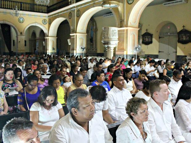 Centenas de fiéis se reuniram na Catedral Metropolitana de Manaus  (Foto: Gabriel Machado/ G1 AM)