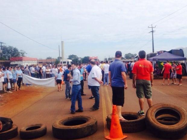 Em Dois Vizinhos, comerciantes se uniram a caminhoneiros e professores em protesto na PR-281 na manhã desta sexta (27) (Foto: Isabeli Zucheli / RPC)