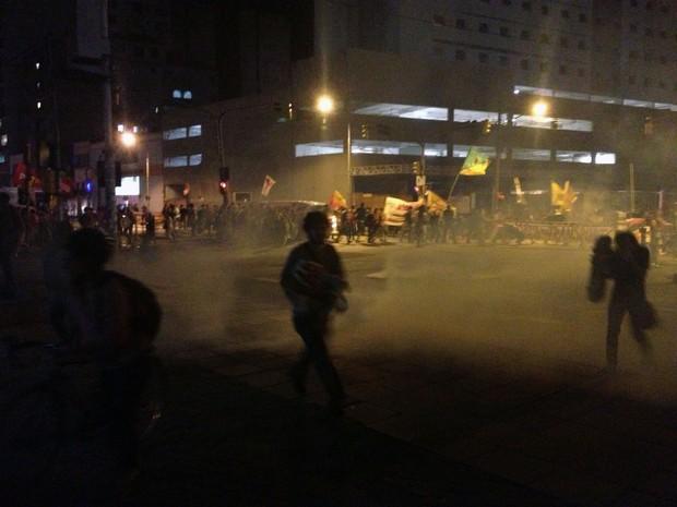 Gás lacrimogênio - protesto Porto Alegre (Foto: Felipe Truda/G1)