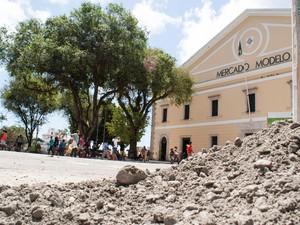 Prédio histórico fica na Praça Visconde de Cayru, na Cidade Baixa (Foto: Egi Santana/ G1)