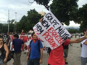 Grupo contrário à militarização do país criticava a ditadura militar (Foto: Daniel Silveira / G1)