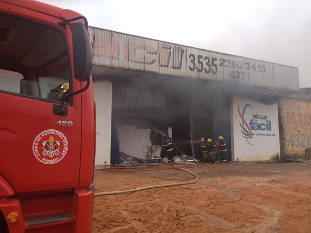 Um incêndio atingiu, no início da tarde em Ariquemes (RO), uma fábrica de reboque para veículos. Um funcionário, que não quis se identificar, disse que foram queimados boa parte dos equipamentos e materiais da fábrica. De acordo com os bombeiros ninguém f (Foto: Eliete Marques/G1)