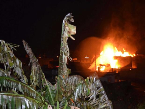 Depósito de combustíveis que pegou fogo em Duque de Caxias fica às margens da Rodovia Rio-Teresópolis. (Foto: Ivaldo Anastacio/Futura Press/Estadão Conteúdo)