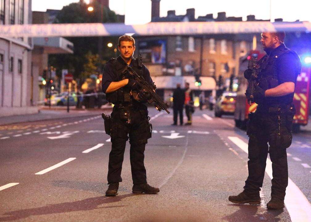 Policiais armados isolam área em que motorista atropelou pessoas com uma van em frente a mesquita (Foto: Neil Hall/Reuters)