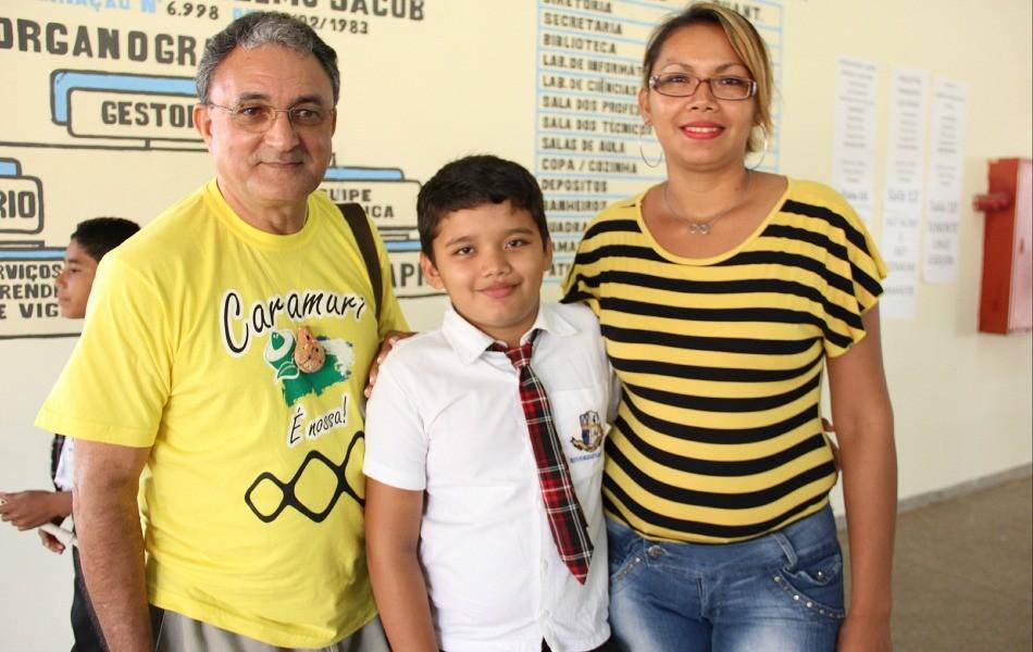 Celdo Braga ao lado de Franck e sua mãe Lenilda Matos (Foto: Katiúscia Monteiro/ Rede Amazônica)