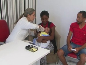 Bebê com microcefalia recebe atendimento em Feira de Santana (Foto: Reprodução / TV Bahia)