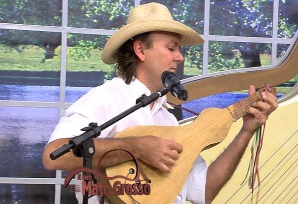 Daniel de Paula trouxe o som da Viola de Cocho para o É Bem MT (Foto: Reprodução/TVCA)