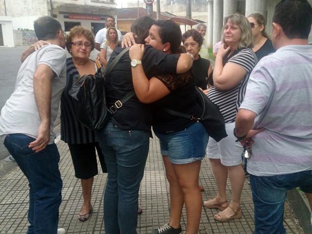 Familiares e amigos prestaram as últimas homenagens ao estudante morto em Santos, SP (Foto: LG Rodrigues/G1)