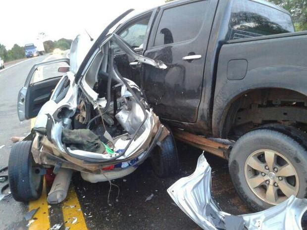 Veículo pequeno ficou totalmente destruído com a batida (Foto: Essen Pinheiro de Melo)