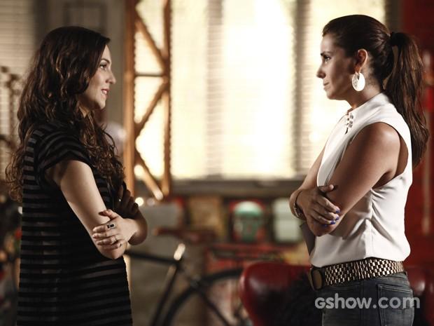 Clara vai ao encontro de Marina e desabafa com a amiga (Foto: Inácio Moraes / TV Globo)