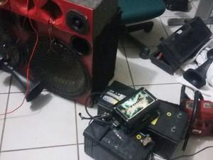 Vários objetos foram encontrados com os suspeitos na abordagem policial (Foto: Divulgação/Polícia Militar)