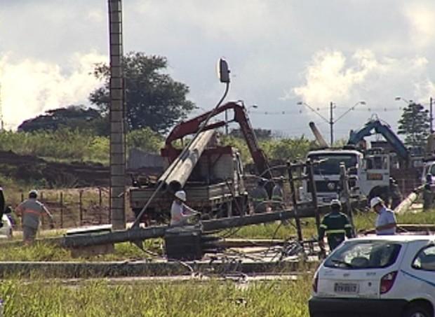Concessionária de energia elétrica trabalha na reconstrução da rede (Foto: Reprodução / TV Tem)