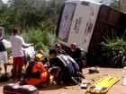 Micro-ônibus tomba e passageiros se ferem (Corpo de Bombeiros-DF/Divulgação)
